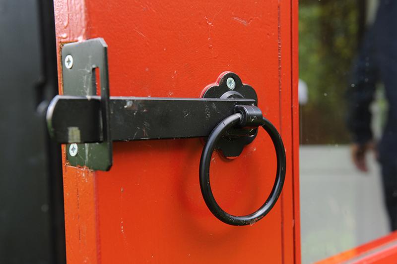 Winddicht klompenhok - detail deur