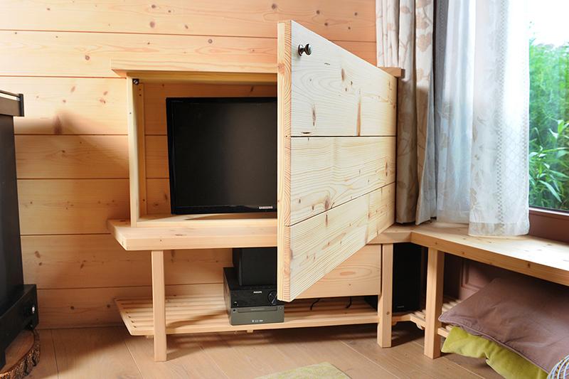 TV verbergen in kast - met zonlicht werende deur