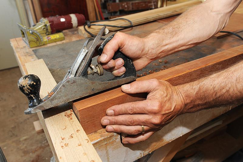 Ambachtelijk schaven in werkplaats van meubelmaker en interieurbouwer Bosman
