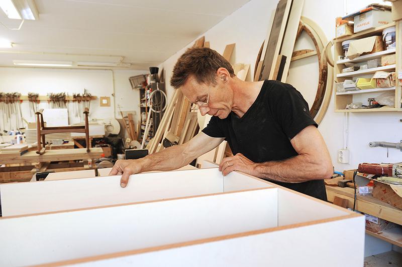Montage van kast in werkplaats van meubelmaker en interieurbouwer Bosman