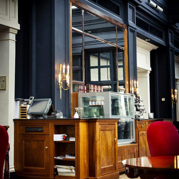 Exclusieve lounge balie Amstel Hotel - voorzien van vitrines en apparatuur