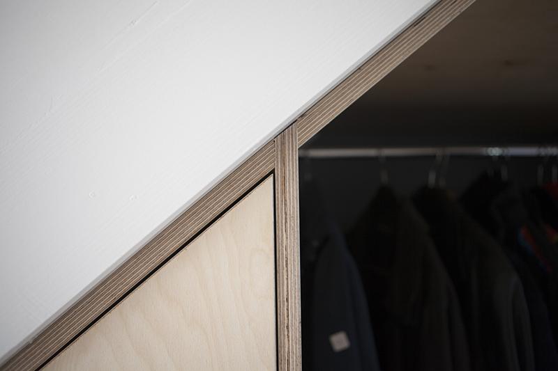 Efficiënte garderobe en kast onder trap